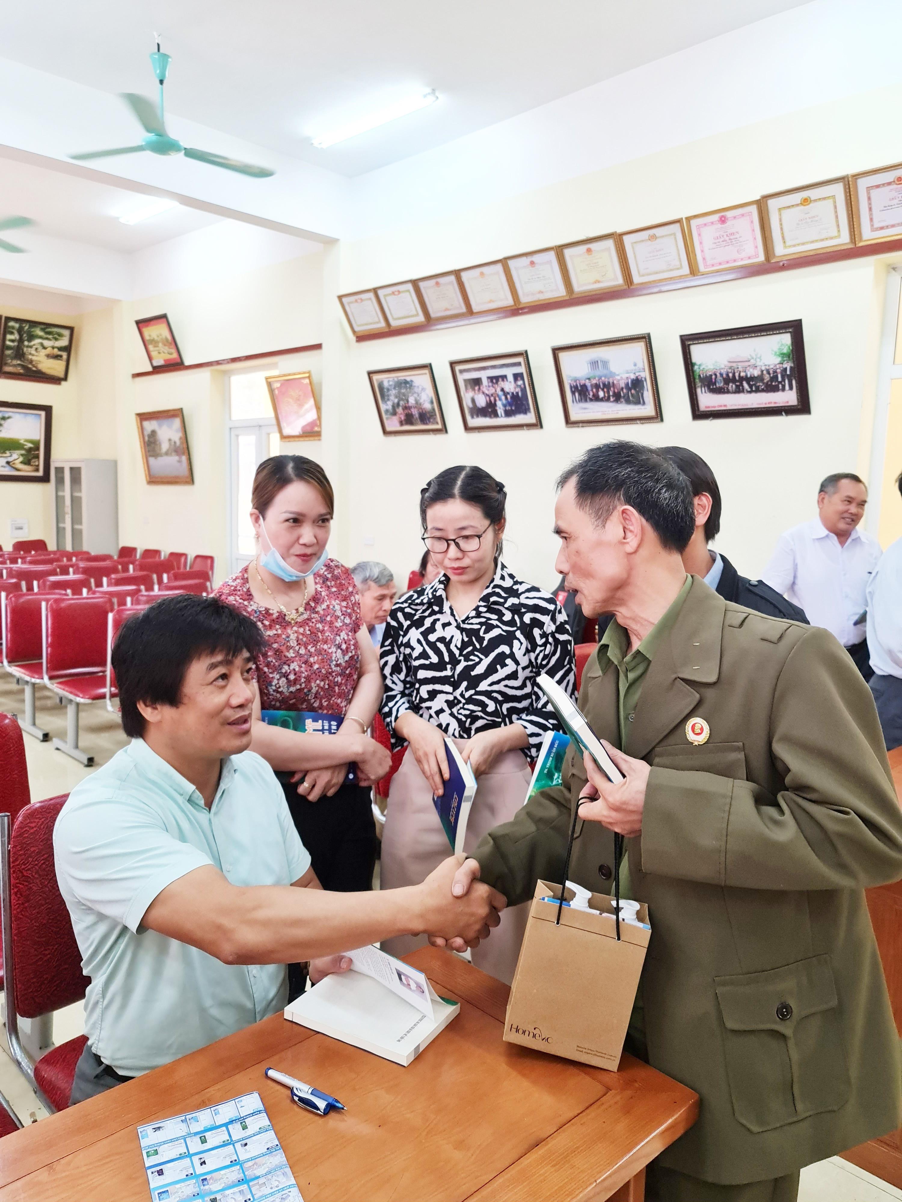 tac-gia-giao-luu-cung-ban-doc-thu-vien-hong-chau-hung-yen-trong-buoi-ra-mat-sach-1625924711.jpg